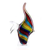 Pescado rayado multicolor en pedestal