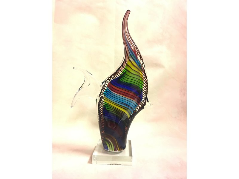 Mehrfarbiger gestreifter Fisch auf Sockel