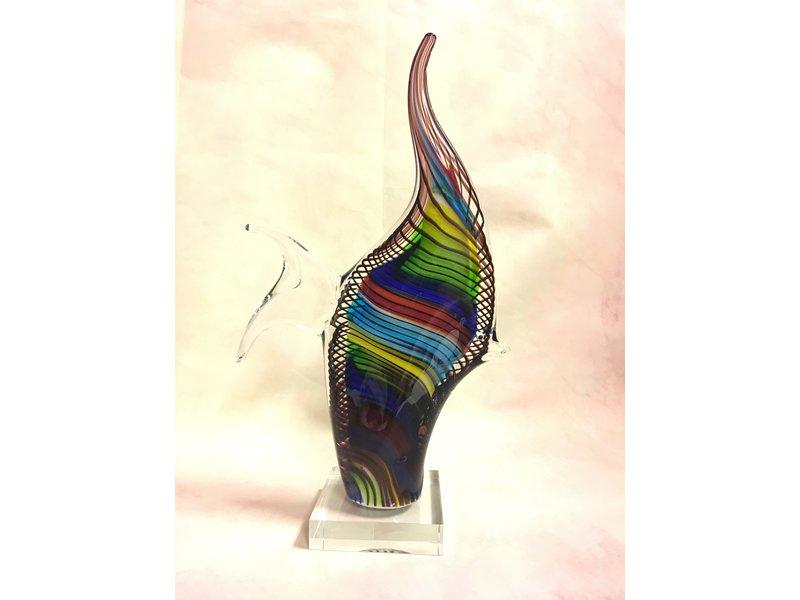 Veelkleurige, gestreepte vis op sokkel