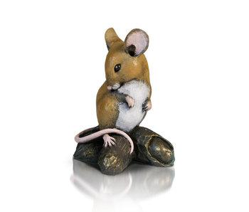 Maus auf Erdnüssen