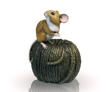 Maus auf Strickwolle