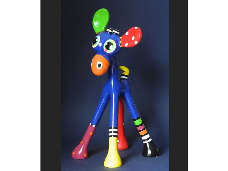 Jacky Art Cheerfully colored statue of a giraf