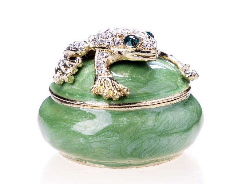 Box with frog on lid, round pill box