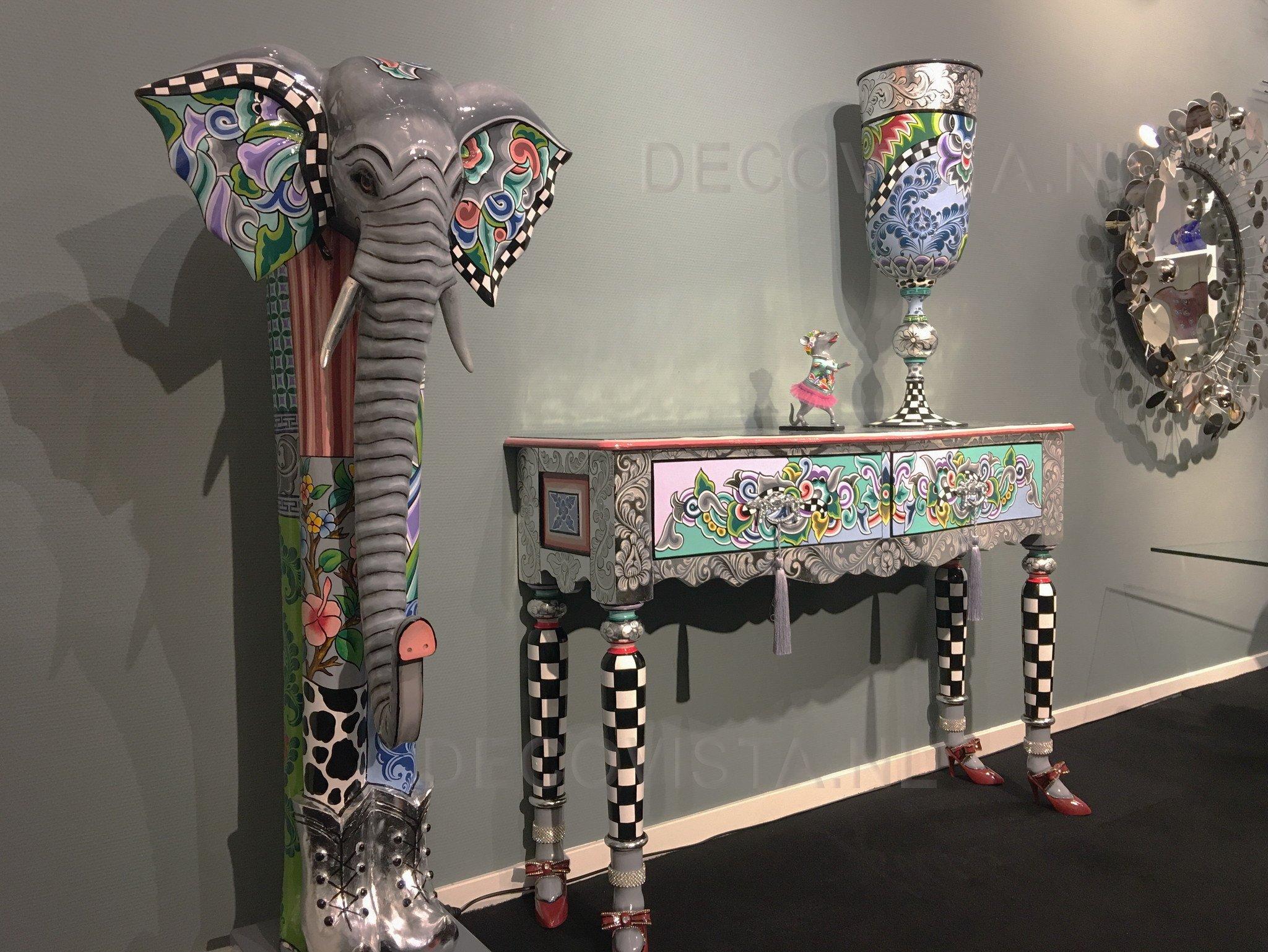 Kleurrijke meubelen en humor