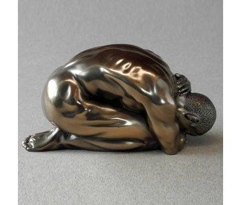 BodyTalk Akt-Skulptur eines knienden Athleten - M