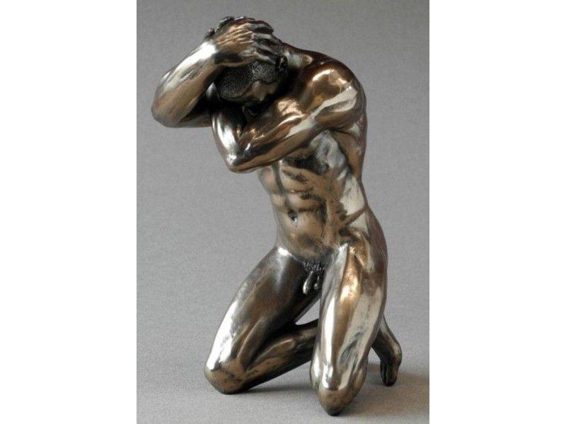 BodyTalk Bodybuilder mannelijk naakt in geknielde pose