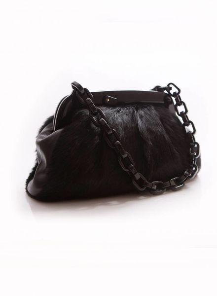 Chanel Chanel zwarte bont tas met kunststof ketting en gesp met Chanel logo.