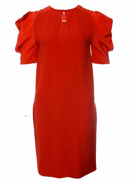 Chloé Chloe, oranje jurk met korte fladdermouwtjes.