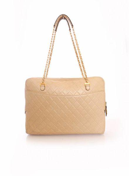 Chanel Chanel, tijdloze nude kleurige laptop tas met gouden hardware.