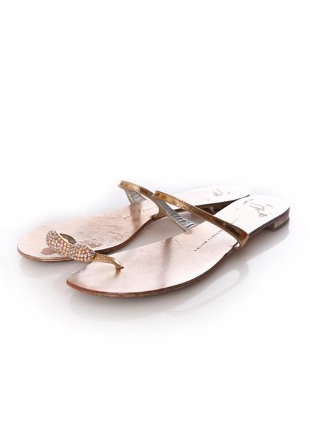 Giuseppe Zanotti Giuseppe Zanotti, goud leren sandalen met swarovski stenen op de teen in maat 39.