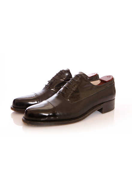 Atelier Rolando Segalin, black leather lace-up derbys with patent leather cap in size 42.