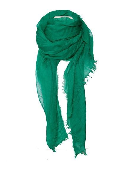 Faliero Sarti Faliero Sarti, Appelgroene shawl met onafgewerkte randen.