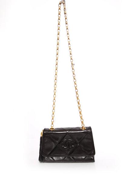 Chanel Chanel, Vintage zwarte lamsleren gewatteerde schoudertas met kwast en gouden hardware.