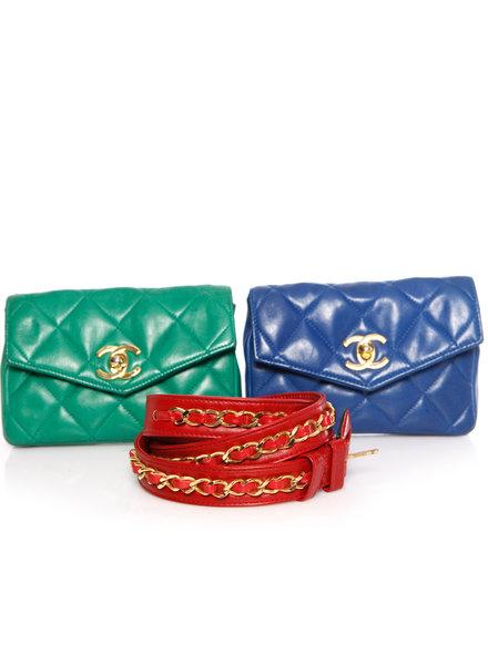 Chanel Chanel, lederen riemtas in rood / blauw / groen met gouden hardware.