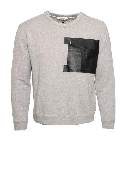 Valentino Valentino, Grijze sweater met leren zakje.