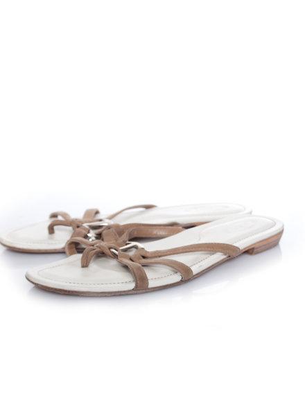 Tod's Tods, zandkleurige suede sandalen met zilver metaalwerk in maat 40.5.