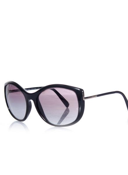 Prada Prada, zwarte zonnebril. Dit artikel heeft 2 krassen op de linkerlens verder in goede staat.