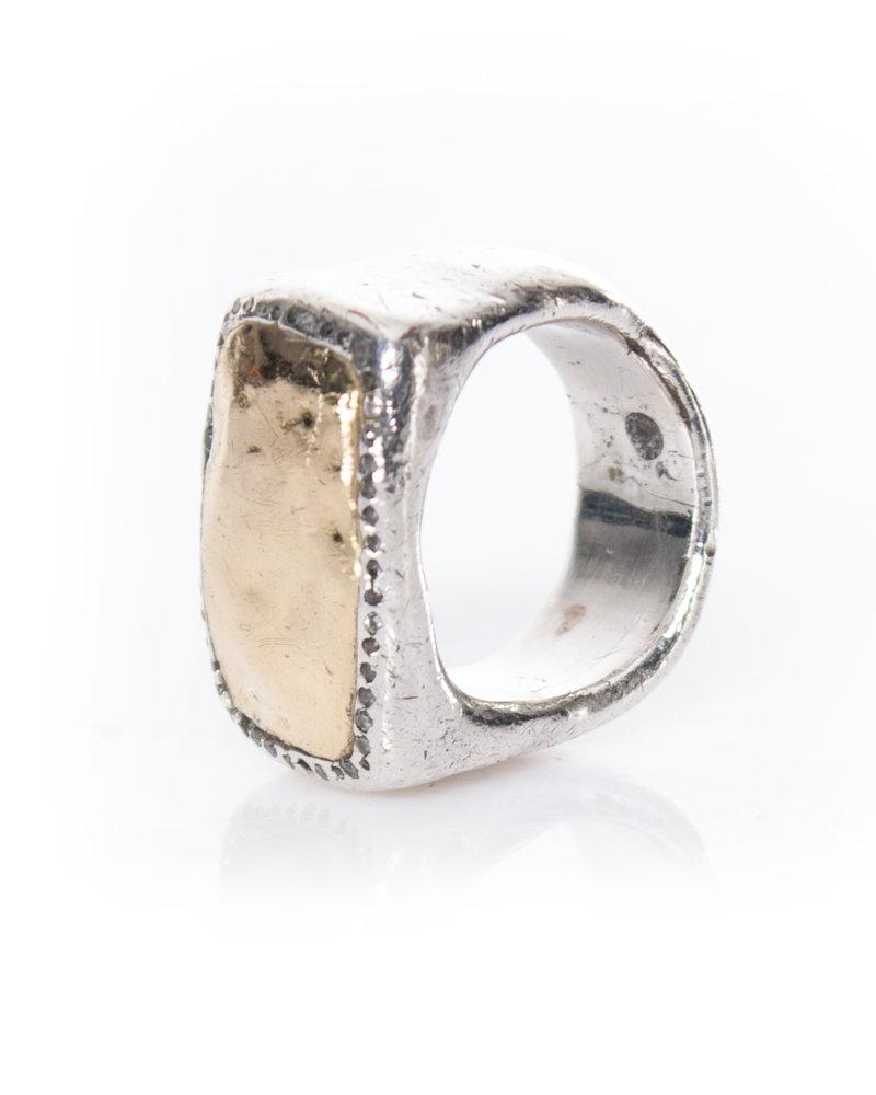 Rosa Maria, zilveren ring met een laag grijze diamanten rondom een 18-karaats goudcentrum.