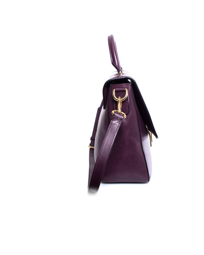 Dolce & Gabbana Dolce & Gabbana, paarse lederen handtas met schouderband en gouden hardware.