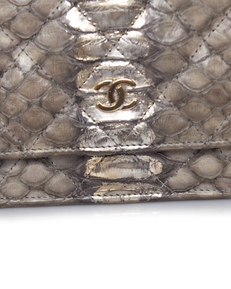 Chanel Chanel, licht grijs metallic python lederen portemonnee tas aan een ketting met gouden hardware.
