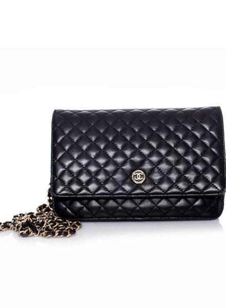 Chanel Chanel, Zwart doorgestikte wallet on a chain met gouden metaalwerk.