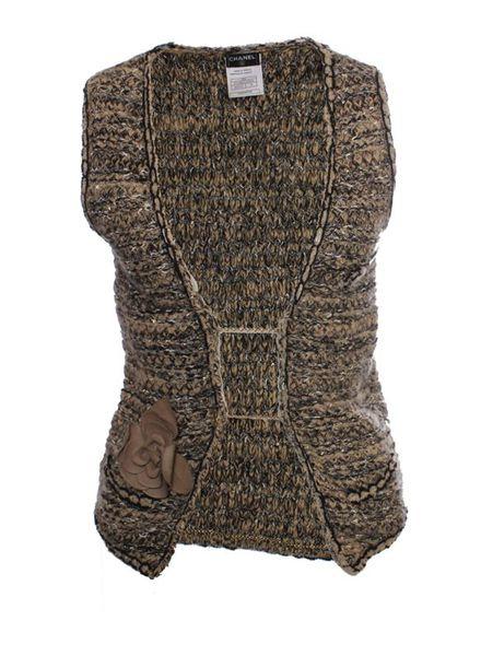 Chanel Chanel, lichtbruin bouclé vest met gouden knopen en leren bloem decoratie in maat 38/M.