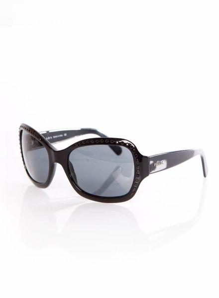 Prada Prada, zwarte zonnebril met zwarte stenen op het frame.