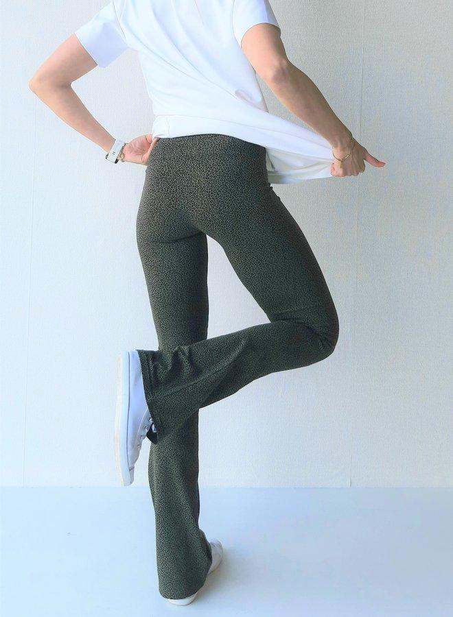 Donkergroen panterprint flared pants