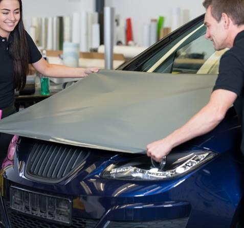 How-to vinyl wrap een auto - Turtle Wax - het leggen van vellen stap 8