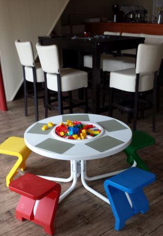 Kinderspeelhoek in een restaurant met kindertafel