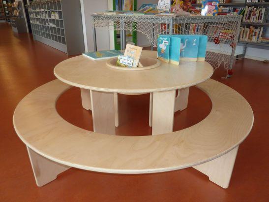 Kinderecke in Bibliothek mit Spieltisch