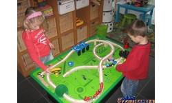 Table de jeu avec train en bois