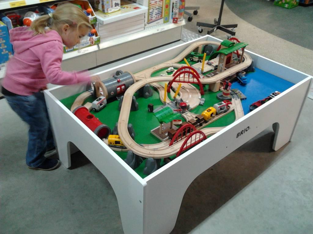 Tisch Eisenbahn.Brio Eisenbahntisch Set Mit Viele Spielmaterialen