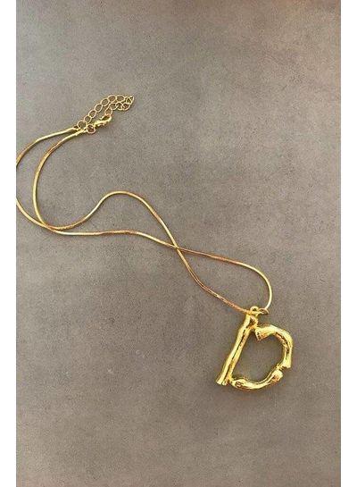 Adamarina D- Colgante letra dorado con cadena
