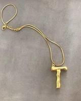 Adamarina T - Colgante letra dorado con cadena
