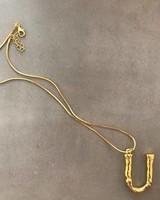 Adamarina U - Colgante letra dorado con cadena