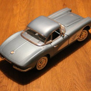 Ertl Collectibles 7834 American Muscle 1961 Chevrolet Corvette (Massstab 1:18)