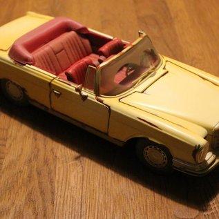 "Maisto 32103 1967 Mercedes-Benz 280SE ""Old Friends"" (scale 1:18)"