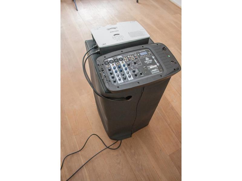 Set met beamer, projectiescherm, speakers op standaard en projectietafel huren