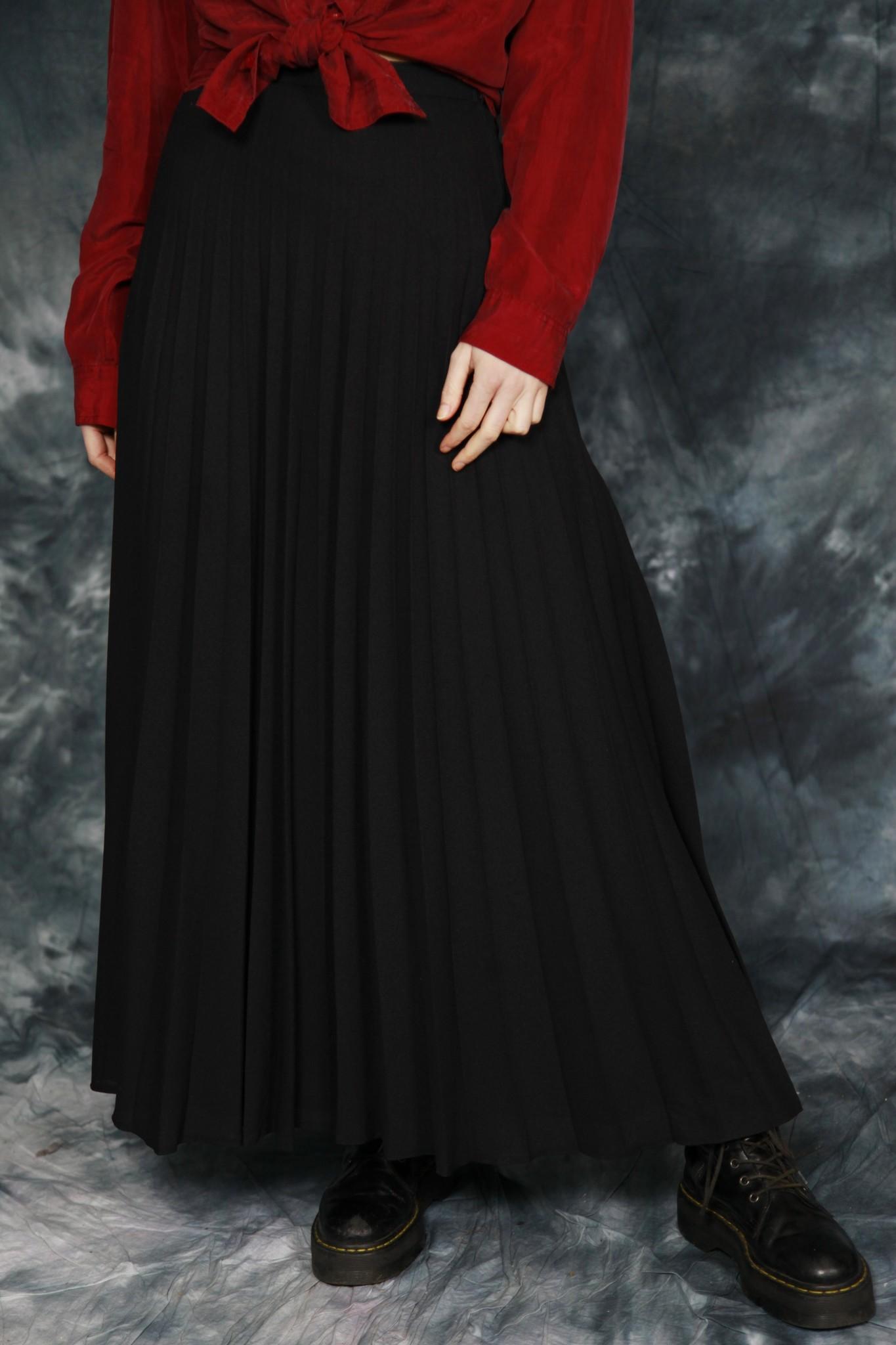 Black 70s pleated skirt