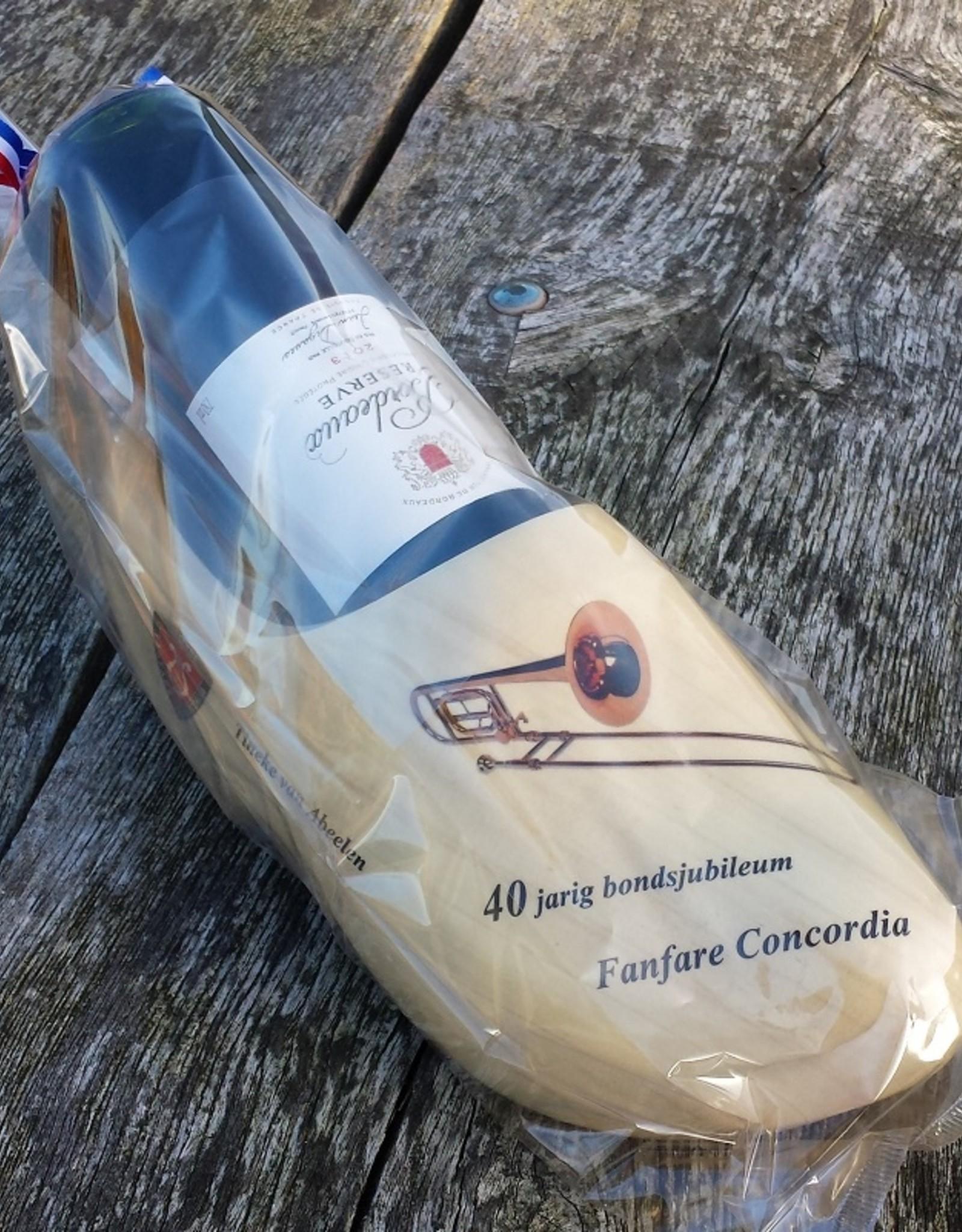 houten klomp met fles wijn