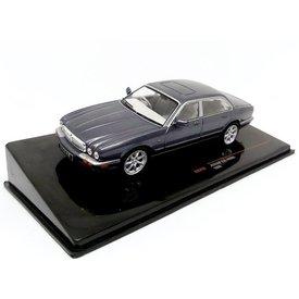 Ixo Models Jaguar XJ8 (X308) 1998 grijs metallic - Modelauto 1:43
