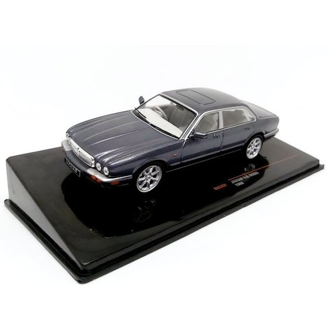Jaguar XJ8 (X308) 1998 grey metallic - Model car 1:43