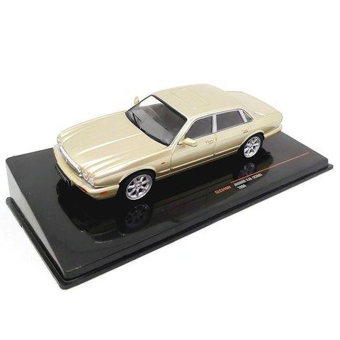 Jaguar XJ8 (X308) 1998 goud metallic - Modelauto 1:43