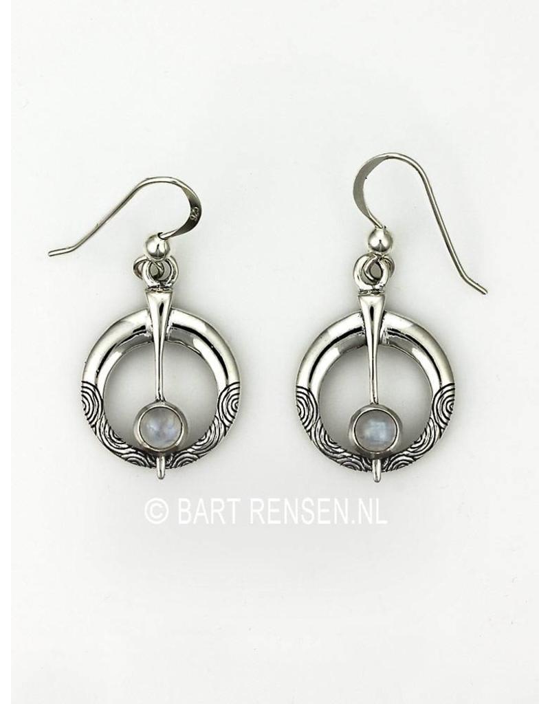 Zilveren Fibula Oorhangers met Maansteen