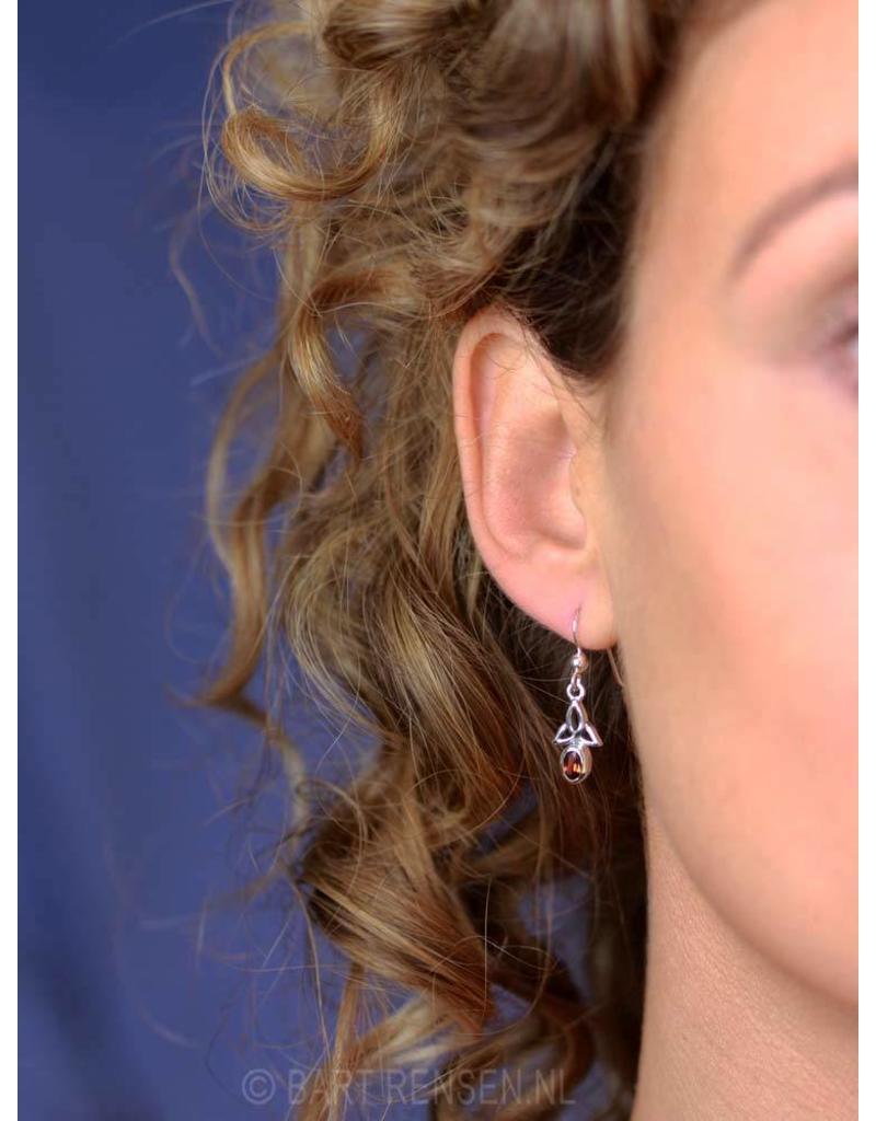 Triquetra oorhangers met steen  - echt zilver