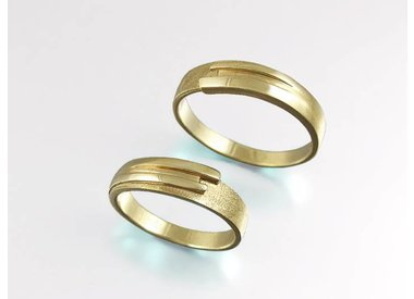 Weddingrings in gold and silver.