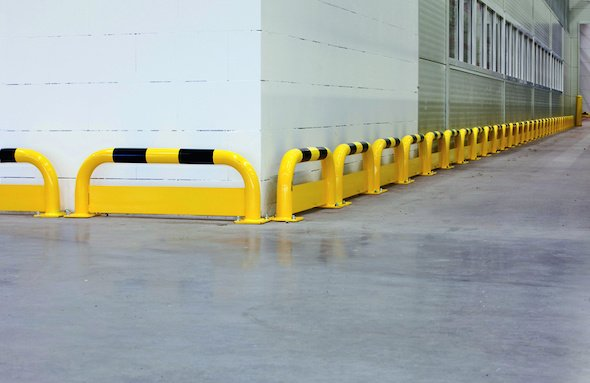 Collision protection barrier with under-run guard - steel
