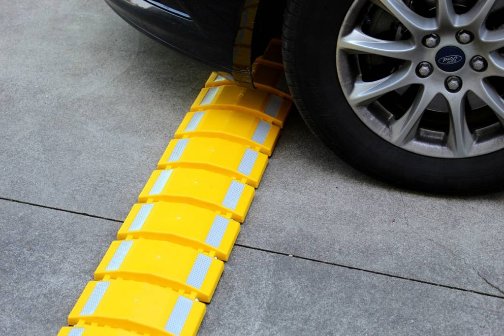 "Portable speed bump ""Easyroll"""