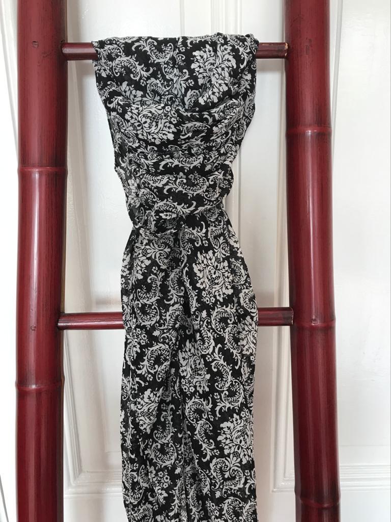 Grote Sjaal Zwart met Witte Bloem